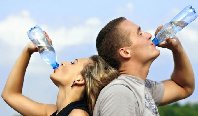 我们一天应该喝多少水?许多人经常轻度脱水而不自知
