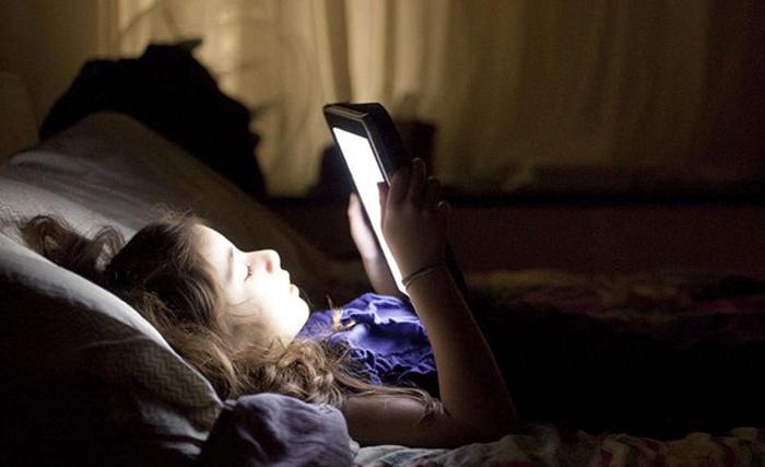 睡眠不好?可能是你晚上手机看太多了