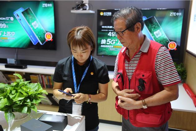 首款5G手机卖出 78岁老工程师成全国门店首位买家