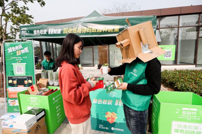 央视网评:回收快递纸箱不如设法精简快递包装