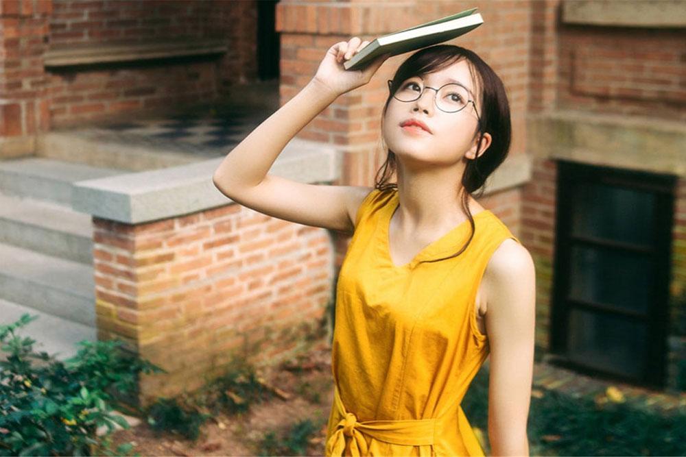 必要和适当?日本多个行业禁止女性员工戴眼镜
