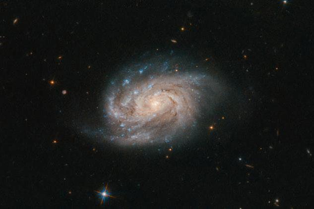 状如水滴、晶莹璀璨 NASA公布2亿光年外星系美照