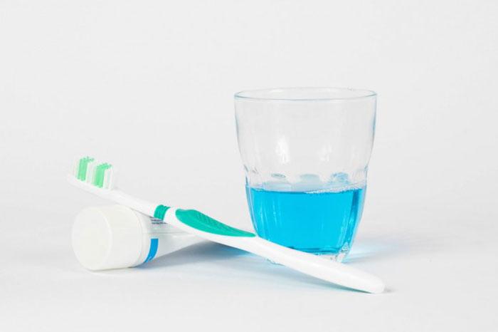 研究揭示漱口水对口腔微生物组的长期影响 并发现其可能损坏牙齿