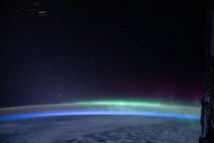 """真的挺亮:SpaceX""""星链""""卫星在宇航员拍摄的极光照中出现"""