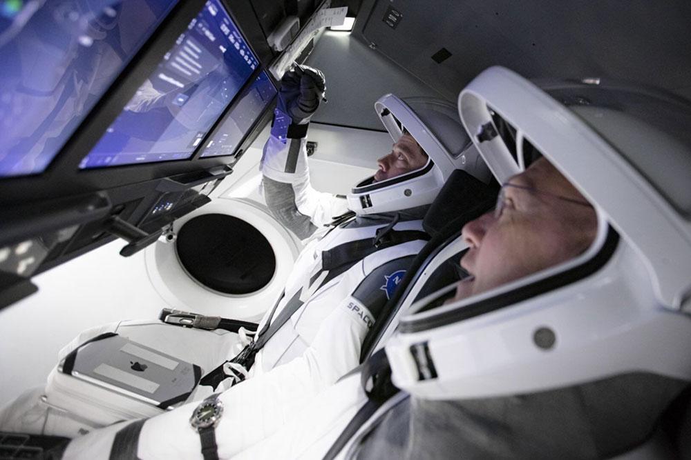 SpaceX载人飞船内部照片首次曝光:宇航员标配iPad
