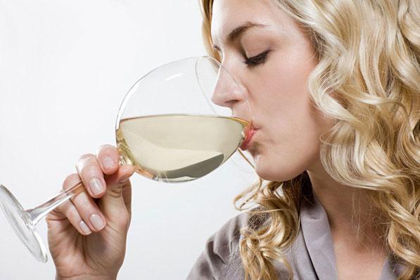 世卫组织警告称:饮用酒精无法杀死新冠病毒
